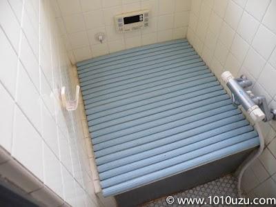 狭い浴室と巻取り式のフタ