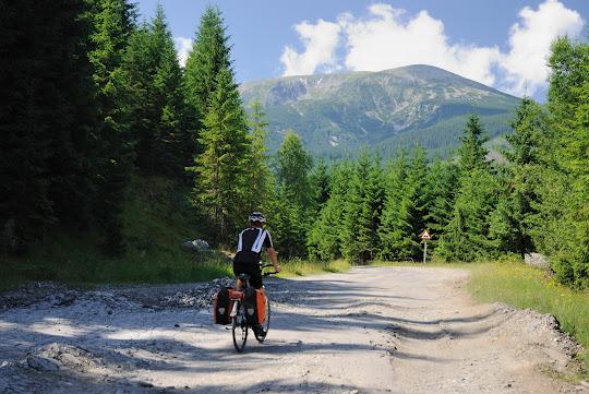 Schlechter Asphalt im Anstieg zum Groapa Seaca Pass
