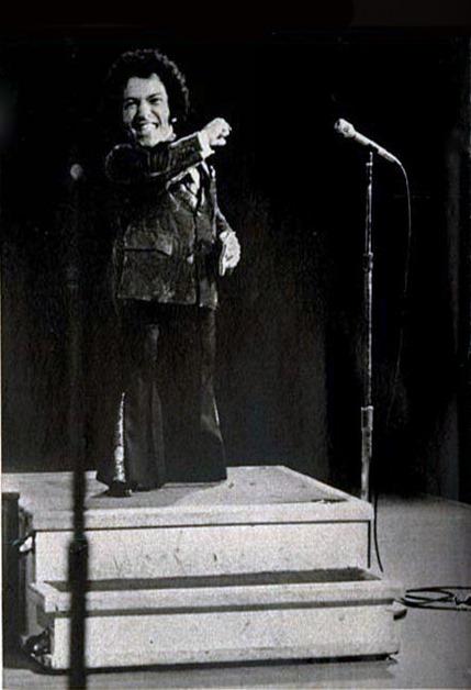 Cantor anão Nelson Ned se apresenta no Carnegie Hall lotado de Nova York em junho de 1974, onde é aplaudido de pé. Ele era ídolo em toda a america latina, menos no Brasil. Em 1971 el.