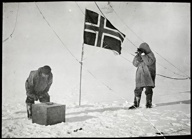 남극점에 도착한 아문센과 대원들