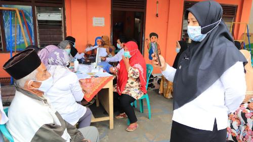 Aksi Camat Payakumbuh Utara Dalam Menyemangati Warga Ikut Vaksinasi, Terharu Dengan Lansia