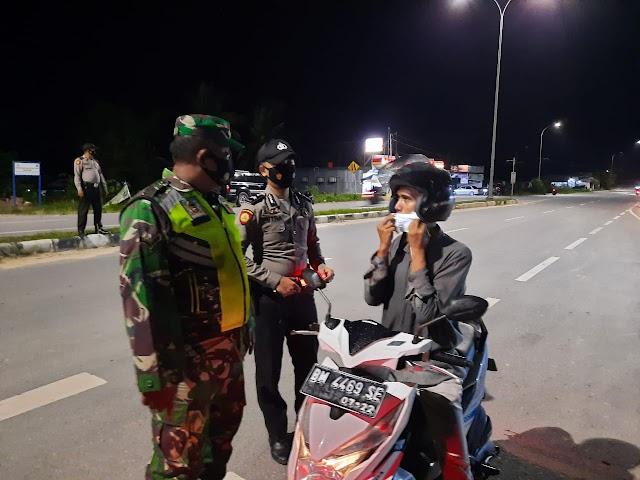 TNI Dan Polri LakukanPengamanan Posko Penyekatan Arus Mudik di Jl.Lintas Minas