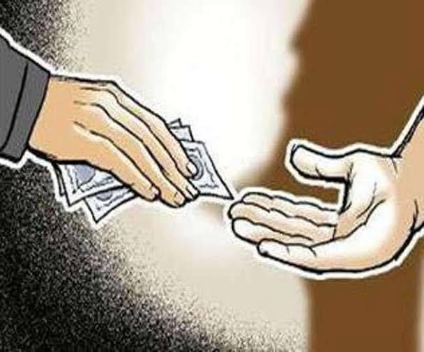 रिश्वत मांगने पर बीएसए ऑफिस का बाबू निलंबित