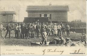Op de foto uit 1900 staat aan de linkerzijde (vooraan, in uniform) de stationschef. Deze stationschef was Nico van der Ben. Hij was getrouwd met Niesje Kuiper die geboren is in 1877.Volgens de mij beschikbare informatie heeft Bobeldijk-Berkthout maar twee haltechefs gehad, te weten J.P. Jansen van 1-10-1898 tot 30-4-1923 en J. Vastbinder van 1-5-1923 tot 31-12-1943. Nicolaas van der Ben is o.a. stationschef geweest in Aalten (1903-1907), Heerhugowaard (1907-1910) en Purmerend (1920-1928). Voordat hij chef werd in Aalten, was hij commies op het station te Den Helder. Kan natuurlijk dat hij vanuit die functie wel op de halte Bobeldijk-B. gedetacheerd is geweest; dat kan ik verder niet nagaan.Bron: http://stationsweb.nl Foto coll. Tangeman