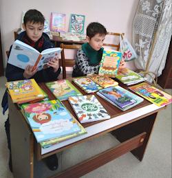 Вюсал с братом чтают книги о котах