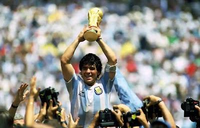 وفاة مارادونا أسطورة كرم القدم الأرجنتيني عن عمر ناهز 60 عامًا