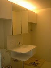 Photo: 洗面台の下に平均的なネコトイレを2つ置けます。換気扇もちゃんと付いてるから匂い問題もOK。