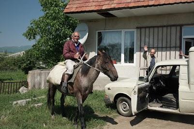 Reiter vor dem Dorfladen in Kurtan
