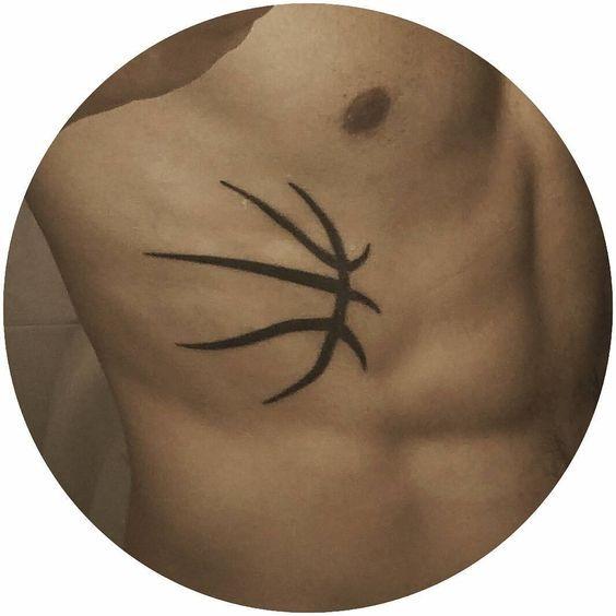 basquete_do_lado_do_corpo_da_tatuagem