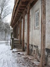 Photo: Nieopodal kościoła znajduje się nieczynna karczma sądowa. Jest to drewniano - murowany, przysłupowy budynek powstały w drugiej połowie XVIII w. Dawniej należał do dziedzicznych sołtysów. http://dolny-slask.org.pl/521749,Uniemysl,Karczma_sadowa_dawna.html http://pl.wikipedia.org/wiki/Uniemy%C5%9Bl_%28wojew%C3%B3dztwo_dolno%C5%9Bl%C4%85skie%29