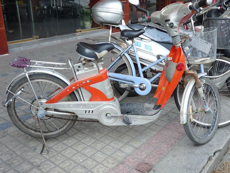 Des centaines de vélos et scooters électriques.Nul besoin de pedaler. Nous sommes énormément en retard.