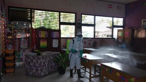 Foto Penyemprotan Disinfektan. 15 Positif Covid-19 di Payakumbuh, Salahsatunya Kepala SMP.