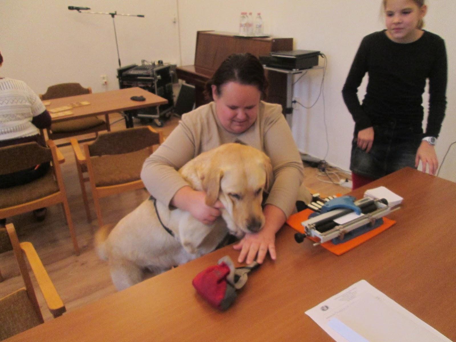 Vak hölgy kutyával
