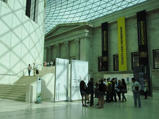 В холле Британского музея старшие школьники ждут экскурсовода