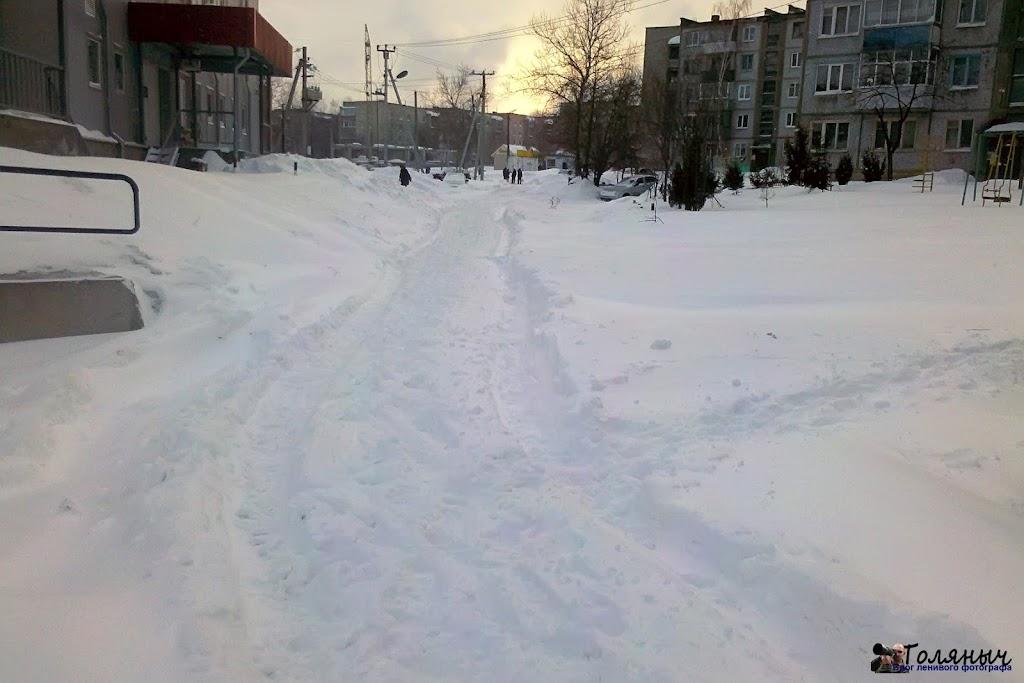 Вот так выглядит придомовая дорога на Тульской. Конечно, не везде так, кое где уже расчистили