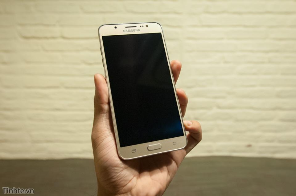 Tinhte.vn_Samsung_Galaxy_J7-1.jpg
