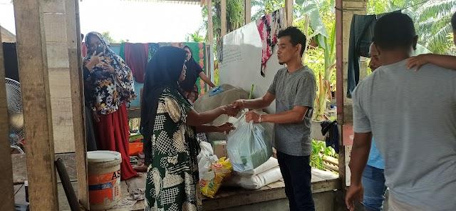 Banjir Hari Ke 5 Amat Lembeng Masih Bantu Warga Beri Sembako