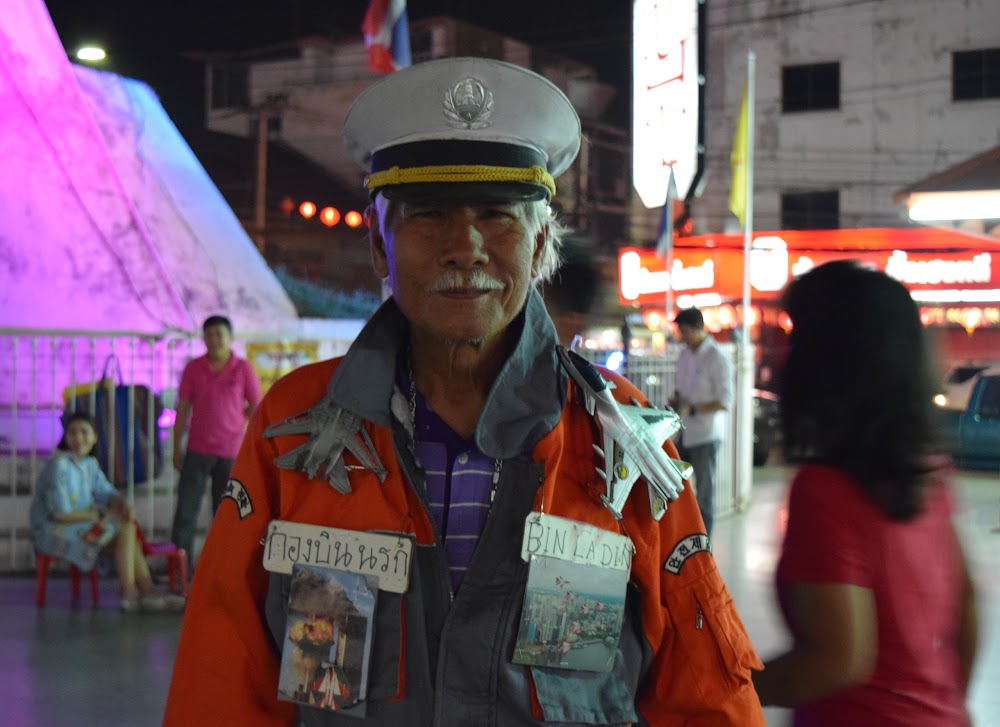 near the Chumphon Gate, I encounter this strange old man.... look at his jacket!!