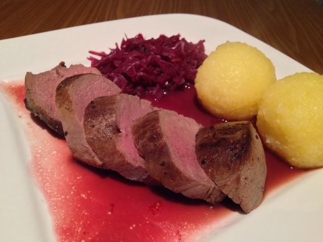 Hirschrücken Niedrigtemperatur Gegart Mit Fruchtiger Rotweinsauce