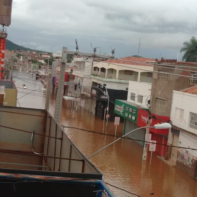 Centro de Serra Talhada amanhece alagado