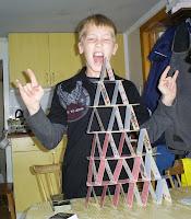 Viktor bygger korthus, eller vad det heter...