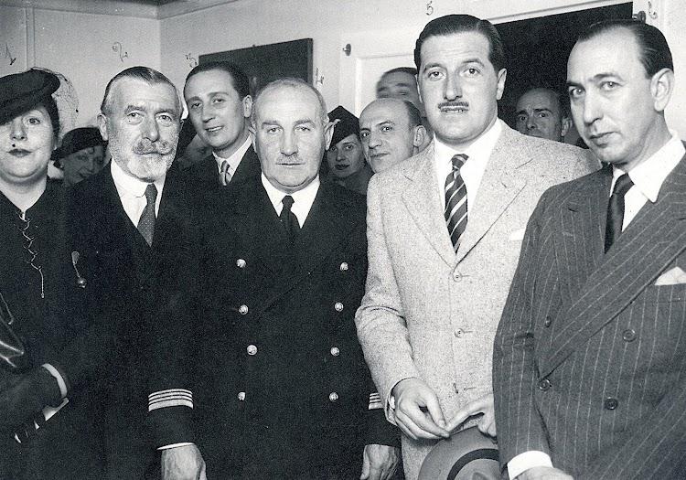 Segundo por la izquierda D. Isidoro Jáuregui, gerente y representante de la Compañía Transoceánica Argentina. S.R.L. En el centro el Capitán José Lanz. Libro La Naviera Ybarra.jpg