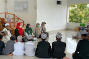 Peduli Pesantren, Andi Nurhidayati Serahkan Bantuan al-Qur'an di Soppeng