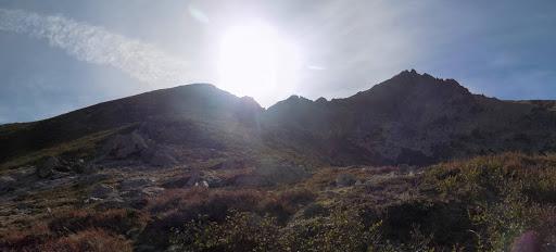 Depuis la crête Nord du Valdaniellu, la pente à remonter avec Punta Grotelle au centre et la pointe 2456 à droite (photo Olivier Hespel)