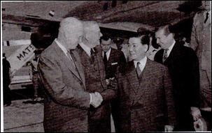 presiden Amerika Serikat Dwight D Eisenhower dan Sekretaris AS John Dulles menyambut Presiden Vietnam Selatan Ngo Dinh Diem di Wangshton 8 mei 1957