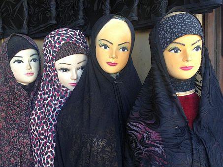 Weibliche Schaufenster-Puppen mit korrekter iranischer Bekleidung im Bazar von Isfahan