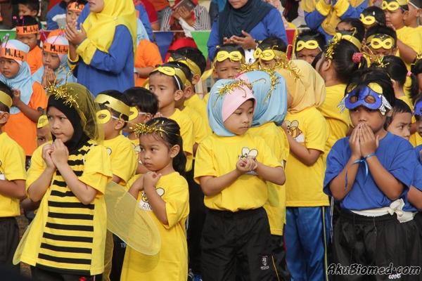 rumah sukan kuning dengan pakaian seperti lebah