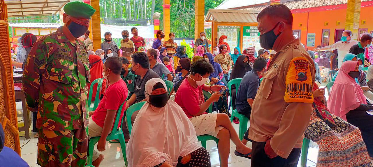 Babinsa Pantau Vaksinasi di Desa Kalisalak