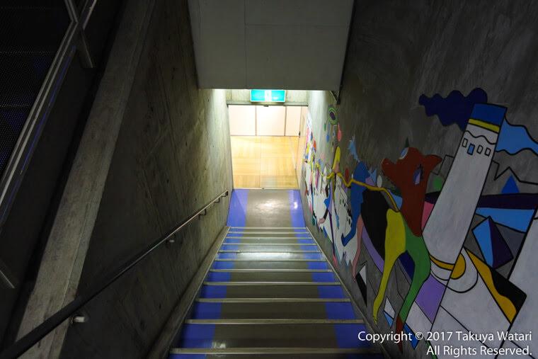 梅田ロフトの2階の踊り場から1階へと続く階段
