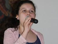 04 A helyi művészeti alapiskola növendéke énekel.JPG