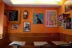 Un bar con cuadros de Corto Maltés