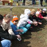 Вода из детских ладошек для саженцев - эти дети уже не будут ломать ветки и обрывать цветы