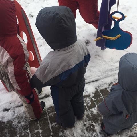 Kinder in Schneeanzügen