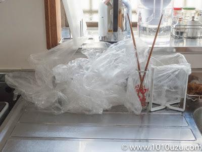 調理台に積まれたポリ袋