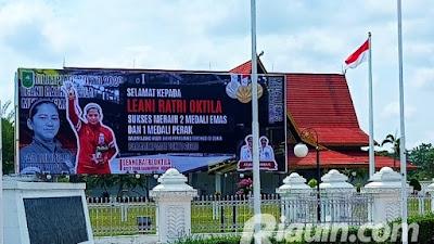 Luar Biasa, Baliho Besar Ratu Bulutangkis Asal Siabu  Kampar Dipajang di Halaman Rumah Gubernur Riau