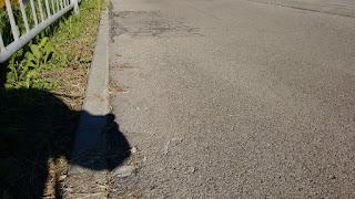 Widoczne nieotoczone asfaltem kruszywo(strona wschodnia).