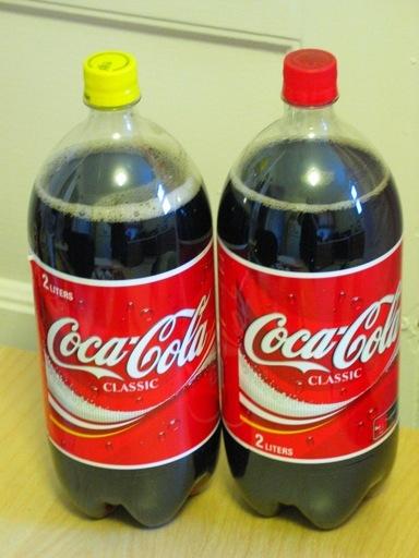 कोका-कोला साल में एक बार पीले रंग का ढक्कन् क्यों प्रोड्यूस करती हैं?