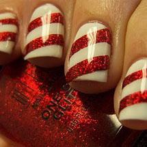 unhas decoradas com listras brancas e vermelhas para o Natal