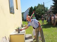 16 - Jánosdeák József családtagjai helyezik el a megemlékezés koszorúit.JPG