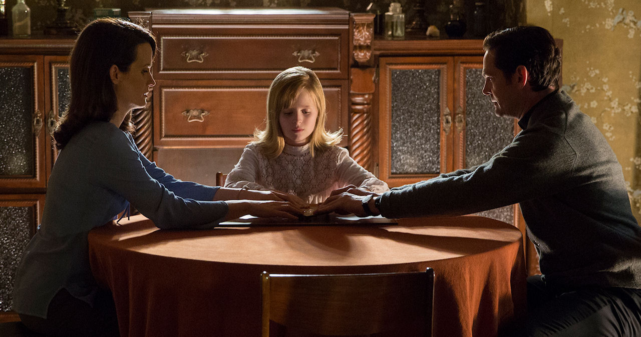 (L to R) Elizabeth Reaser, Lulu Wilson and Henry Thomas in OUIJA: ORIGIN OF EVIL. (Photo by Justin Lubin /  Courtesy of Universal Pictures).