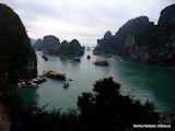 Delar av Halong Bay, taget från stora grottan.