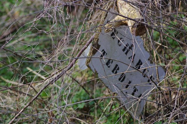 Devant une décharge sauvage ! Bû (28), 24 mars 2012. Photo : J.-M. Gayman