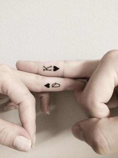 A rainha e o rei do Coracao Tatuagens nos dedos