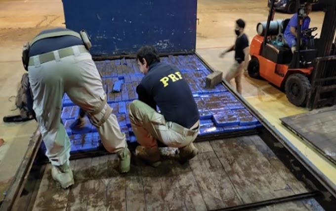 PRF apreende quase uma tonelada de drogas em fundo falso de caminhão