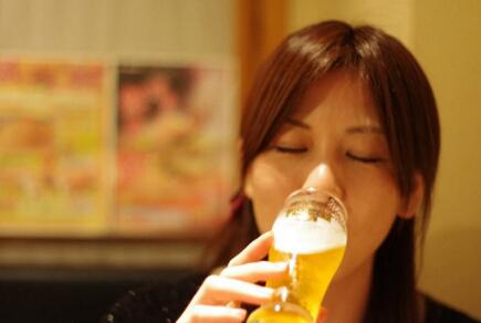 Minum di bar Jepang