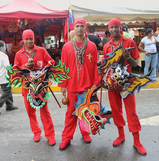 Tres Diablos jóvenes con sus máscaras en el día de Corpus Christi en San Francisco de Yare, Municipio Bolivar, Miranda Venezuela